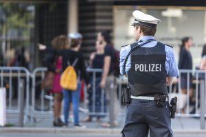 Almanya'da Başörtülü Kıza Irkçı Saldırı: Hastaneye Kaldırıldı
