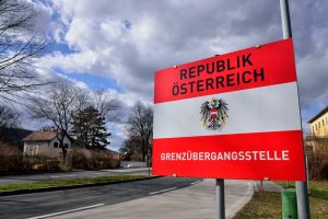 """Avusturya'da Kiliseden Mültecilere """"Güvenlik Hapsi""""ne Tepki"""