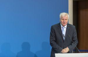 """Seehofer: """"İltica Talebi Reddedilenler Gözaltına Alınsın"""""""