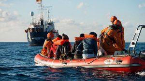 Akdeniz'de 95 Düzensiz Göçmen Kurtarılmayı Bekliyor