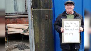 Cami Önünde Nöbet Tutan İngilize Teşekkür Mesajı Yağıyor