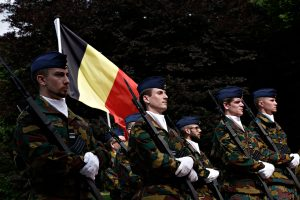 """Belçika'da """"Müslümanlar da Orduda Görev Yapabilir mi?"""" Sorusu Tepki Çekti"""