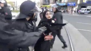 AfD Mitinginde Başörtülü Kıza Sözlü Saldırı: Polisin Tutumu Tepki Çekti