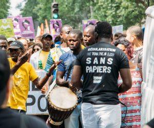 Siyah Yeleklilerin Mücadelesi: Fransa'da Kağıtsız Göçmen Olmak