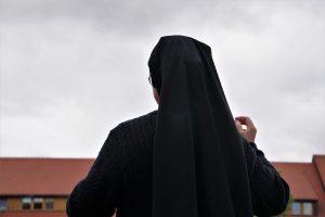 Fransa'da Başörtülü Rahibeyi Huzurevine Almadılar