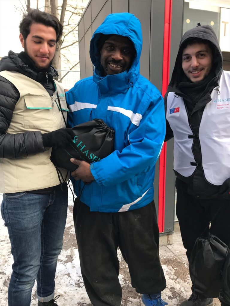 Hasene Derneği, Kanada'da fakirlere kışlık yardım dağıttı.