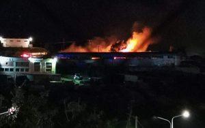"""Midilli'de Sığınmacılara Hizmet Veren """"One Happy Family"""" Binasında Yangın Çıktı"""