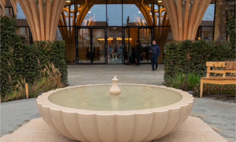 Cambridge Camisi'nin girişindeki havuz