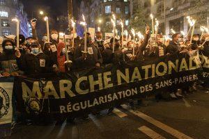 Fransa'da Göçmenler Oturum İzni Talebiyle Gösteri Düzenledi