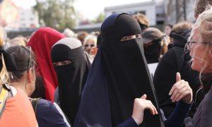 """İslamofobi Vakfı: """"Hollanda'da Burka Yasağı İslamofobiye Yol Açıyor"""""""
