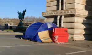 Fransa'da Göçmenler Barınma Vaadiyle Gözaltına Alındı